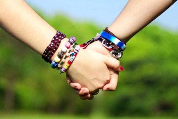 Nằm mơ thấy mình đang nắm tay người khác