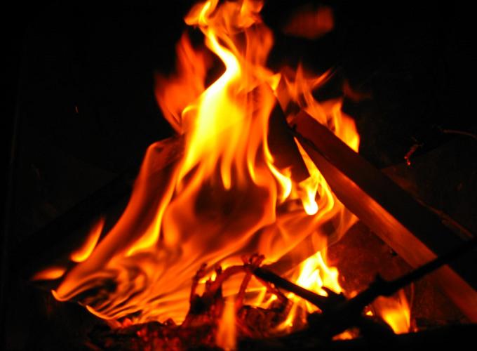 Nằm mơ thấy lửa cháy cảnh báo điềm gì, gợi ý con số may mắn nào?